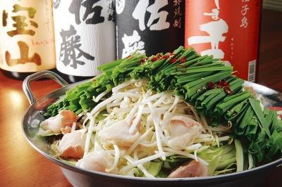 博多もつ鍋 龍の、特製もつ鍋 龍秘伝(2人前)…2898。青森産無臭にんにく使用で、後味もさわやかな味噌ベースのスープ