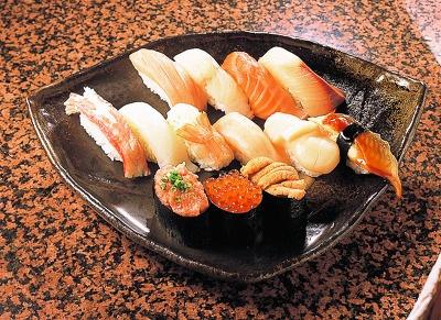 回転寿し 雪花の、夏…1900。本マグロ、ハマチなどの定番が1皿に。持ち帰りメニューだが、店内でも食べられる