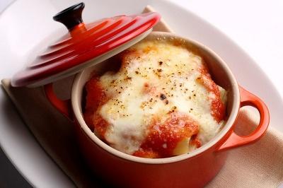 カンティネッタ サリュの、リガトーニ アッラ ナポレターナ…700。マカロニみたいなパスタに、トマトとチーズをかけた、グラタン風ココット料理。小さめでおつまみにぴったり