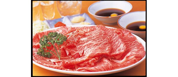 牛のいしざきの、しゃぶ刺し…4600。生で食べても牛肉のクセやくさみがなく、脂っぽさが口に残らない最高級の霜降り牛を使用