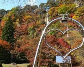 屏風岩の松と紅葉が描く秋の絶景を楽しむ!秋田県能代市「きみまち阪紅葉まつり」
