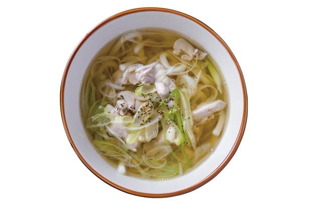 博多ごろうどん / 「鳥南うどん」(500円)。うどんダシで煮込んだ鶏モモ肉とネギがのる。もっちりとした太麺はダシとの相性を考慮した配合で製麺所に特注