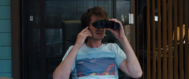 双眼鏡で他人の家を覗き見るのが日課?