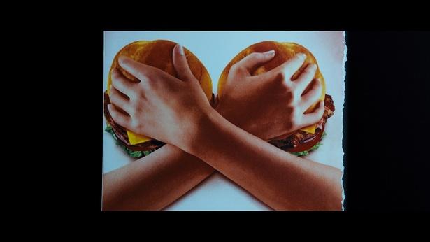 ハンバーガーの広告にドキッ!?本作にはサブリミナルも多数登場