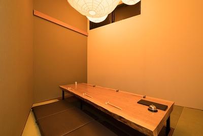 接待や会食に使いやすい、6名まで座れる落ち着きのある個室。