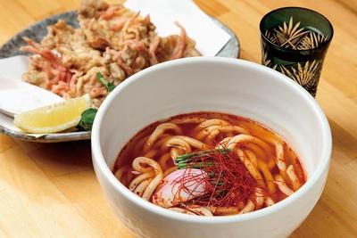 udon & sakaba よっとこ / 「醤辛うどん」(写真手前・680円)、「豚フィレ肉の紅天ぷら」(写真奥・620円)