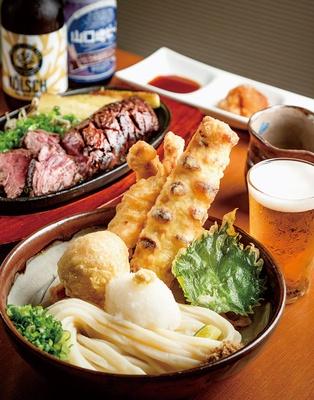 麺-BAR-KOMOAN / 「元喜盛りぶっかけ」(写真手前・972円)、「牛サガリステーキ」(写真奥・250g1501円)