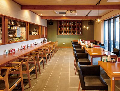 麺-BAR-KOMOAN / 開放感のある店内