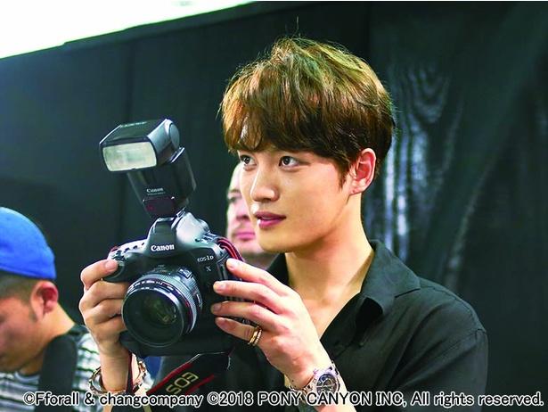 歌手、俳優、企業家などマルチに活躍するキム・ジェジュンが「カメラ」挑む!