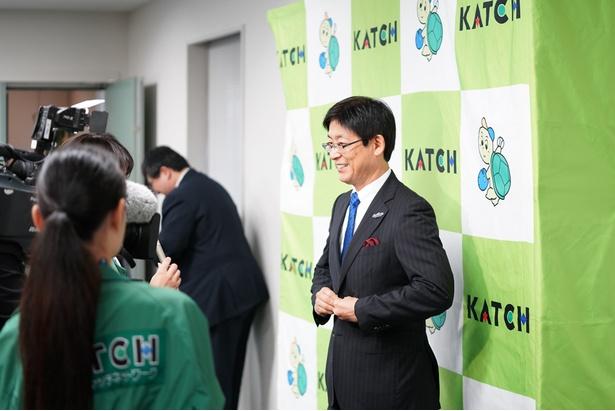 会見後、さっそくKATCHの取材に応じる鈴木社長