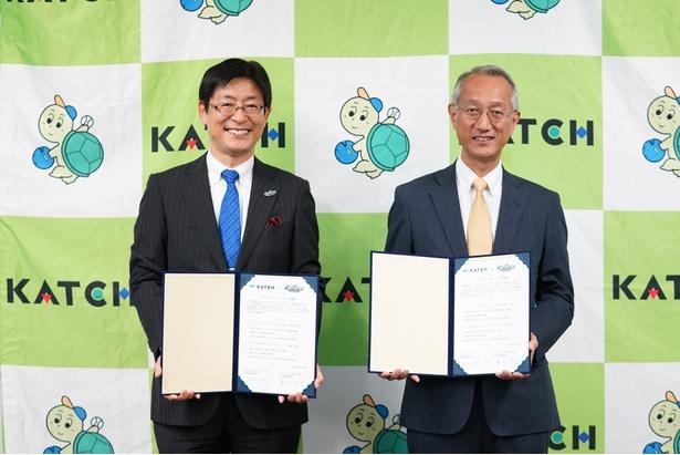 笑顔で会見に応じるシーホース三河の鈴木社長(左)とKATCHの松永社長(右)