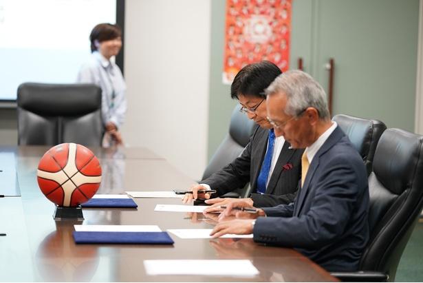 協定にサインをする両名。力を合わせて地域を盛り上げていくと約束!