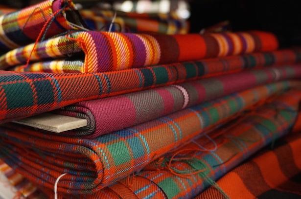 【写真を見る】100種類以上のタータンの布地を一挙展示