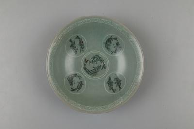 【写真を見る】12世紀後半~13世紀前半の作とされる「青磁象嵌双魚文平鉢」