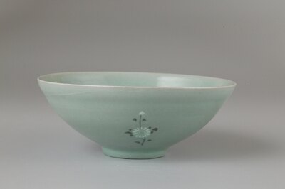 青磁象嵌印花菊花文鉢