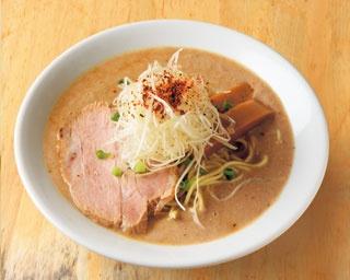 極鶏 鶏だく(800円)。味わい深い鶏白湯スープは、麺が沈まないほど濃厚でありながら、口当たりはなめらかで上品/麺屋 極鶏