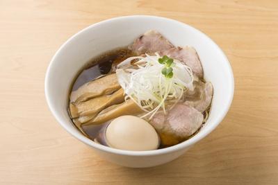 【写真を見る】「特製 中華そば(950円)」の麺はパツパツと歯切れがよくキレのある醤油ダレが鶏の旨味と甘味を引き出す