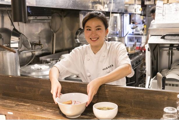「つけ麺の水切りが一番得意です」スタッフの水谷友紀さん