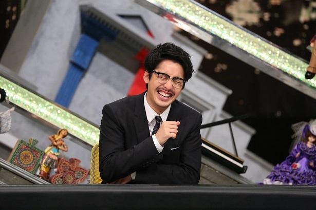 【写真を見る】楽しい収録に、笑いをこらえられない大野拓朗