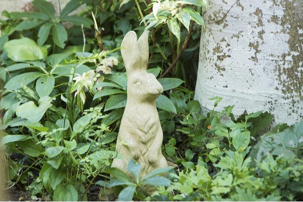 庭の緑に隠れたウサギやカエルのオブジェもかわいらしい
