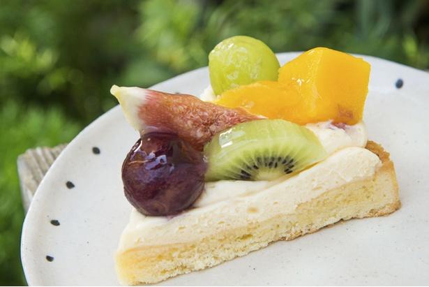 【写真を見る】「フルーツタルト」(430円)。季節によってフルーツは異なる