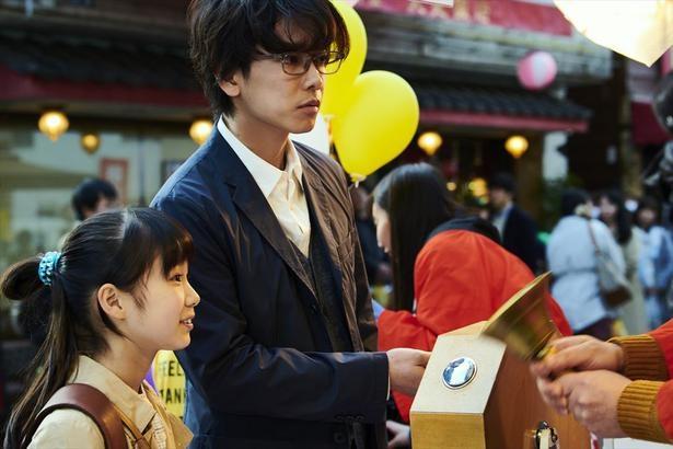 商店街のくじ引きで手にした宝くじで3億円が当たった一男(佐藤健)