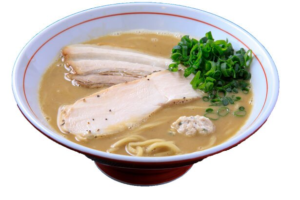 【写真を見る】但馬地鶏の鶏ガラ、丸鶏、モミジ、手羽先、鶏肉を約8時間煮込んで仕上げる白湯スープが特徴の鶏白湯(800円)/ラーメン あおやま