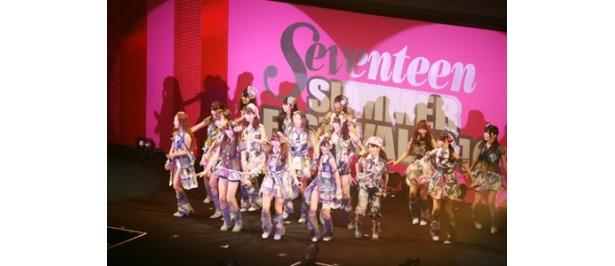 AKB48は新曲「ヘビーローテーション」を含む3曲を熱唱