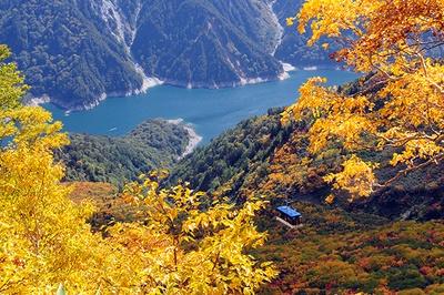 紅葉と立山ロープウェイ。絶景の中をロープウェイで進むことができる