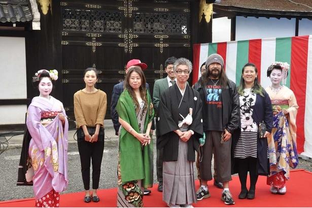 京都国際映画祭アートプランナーのおかけんたと、アーティストたち。アート展示は京都の北から南まで、広いエリアに点在する