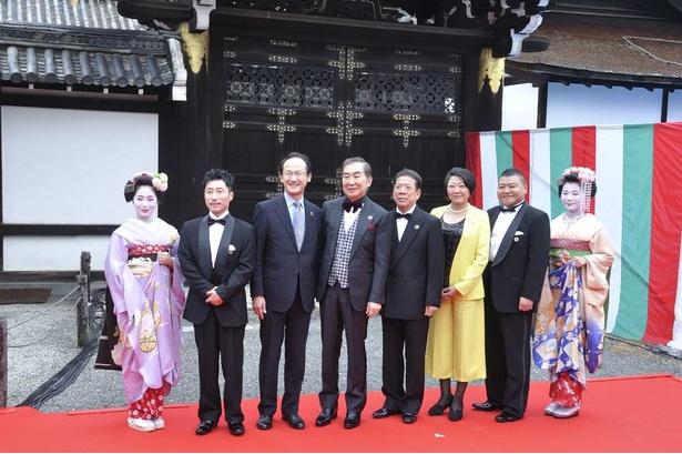 「SDGs新喜劇」を率いるすっちーと川畑泰史の両座長。桂文枝、西川きよしらもお祝いに駆け付けた