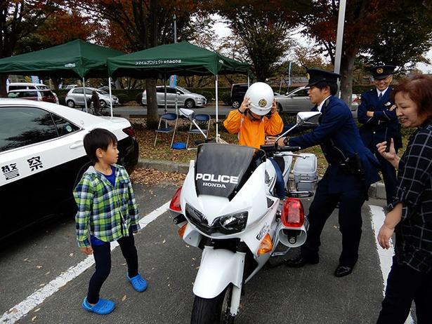 【写真を見る】白バイやパトカーなど警察車両の展示も行われる