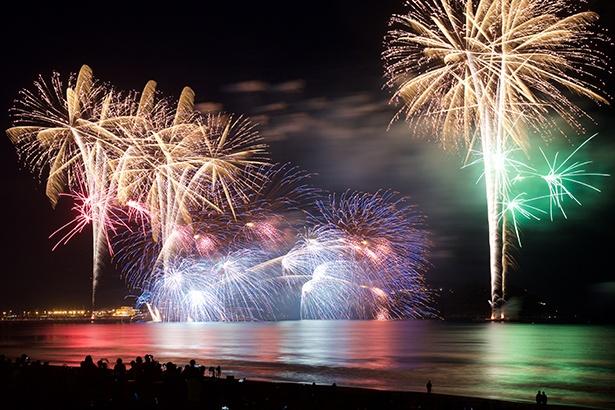 【写真を見る】江の島の秋の風物詩となっている、ふじさわ江の島花火大会