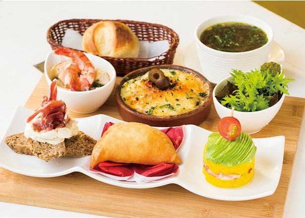 「SANCHO PANZA」の「タパスランチ」(1000円)。珍しい本場の中南米料理5種類を味わえる