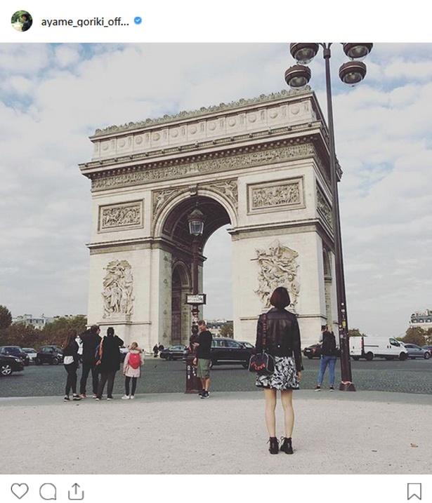 【写真を見る】パリを訪れた剛力彩芽が凱旋門を見入る