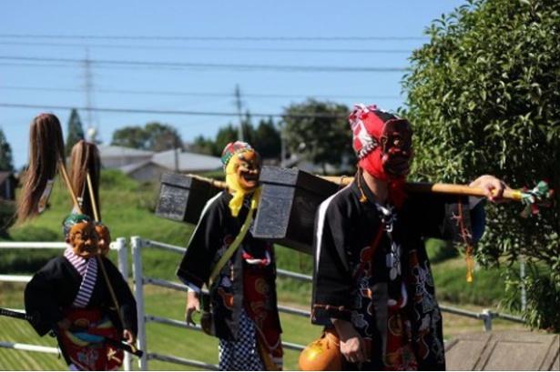 【写真を見る】天狗をはじめ様々な衣装に身を包んだ氏子たちが行列する「出口くにち」