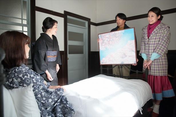 画家の忠彦は、咲に桜の絵を描いてプレゼントした