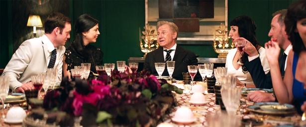 セレブたちの晩餐会で起きる騒動をユーモラスにつづっていく(『マダムのおかしな晩餐会』)