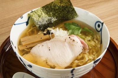 【写真を見る】「鶏 清湯ラーメン しょう油」(680円)スープも飲み干せる一杯