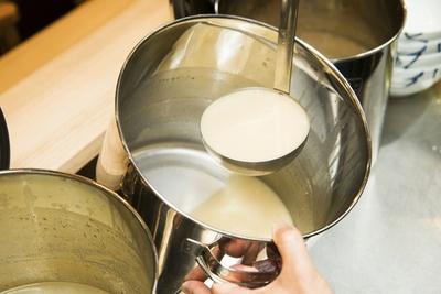 真鯛のみを使用する鯛白湯。脂のりなどに個体差があるので、炊く時間を調整する