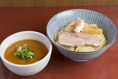 「伊勢海老つけ麺」(1180円)や紅ズワイガニの塩らぁ麺(880円)など、ここでしか味わえない限定麺も!
