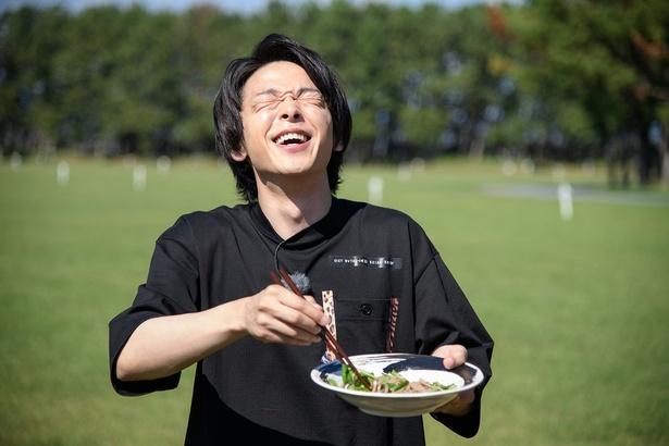 【写真を見る】「うまい!」と絶叫する中村倫也のしわくちゃな笑顔がたまらない!