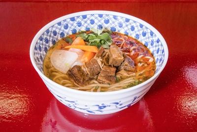 「牛肉ラーメン」(780円)あっさりしたスープは醤油ベースで飲みやすい