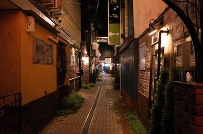 ワインバル、BARほか、寿司、おばんざいなど14の飲食店がある