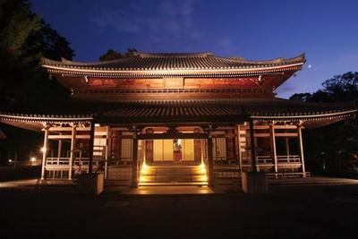 ライトアップ時の受付からスタートし、壮大な国宝など文化財指定建造物が立ち並ぶ境内を散策/知恩院