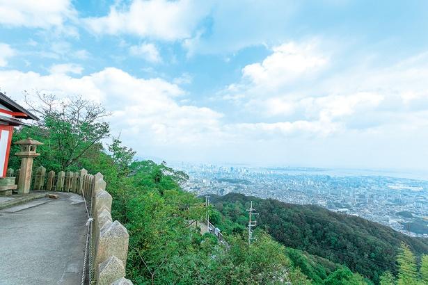 長田側山頂の高取神社からの景色。神戸港や神戸空港など市内の景色が見渡せる。南側には関空やりんくうタウンなど泉州の町並みが見える