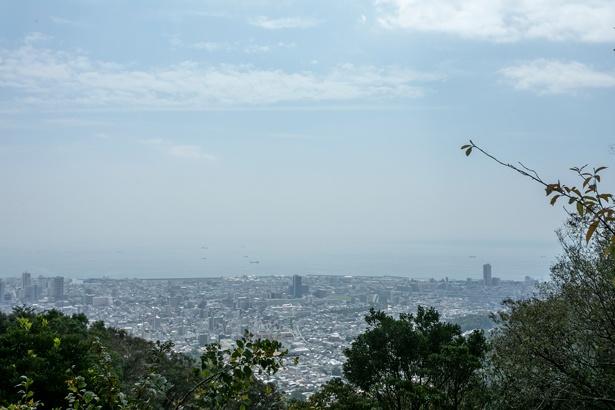 須磨側山頂からの風景。長田側山頂に高取神社がある