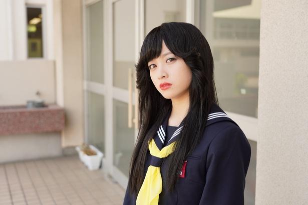 早川京子(橋本環奈)伊藤の彼女で元ヤン。怒るとヤンキー節が出る