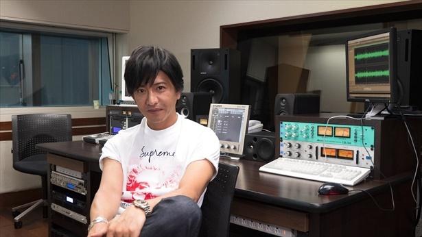 【写真を見る】初のゲストとなった浅野忠信と番組を楽しむ木村