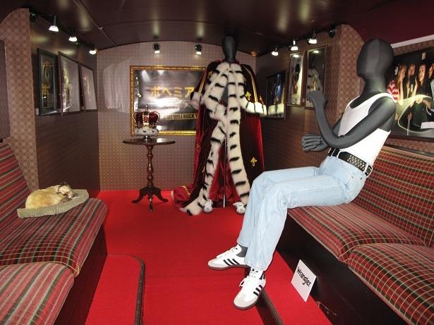 バス車内にはクイーンゆかりのものが展示されている
